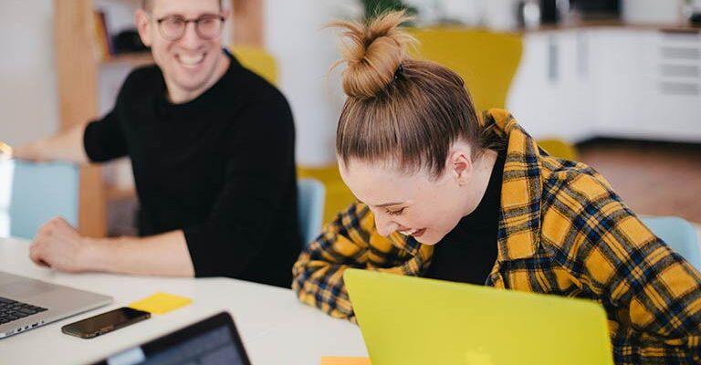 Ser feliz trabalhando é possível. A felicidade no trabalho engaja funcionários e traz excelentes resultados às empresas. Todos ganham!
